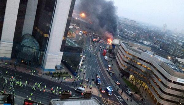 炎上する落下したヘリコプター